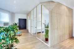 Une pièce en bois crée par une verrière.
