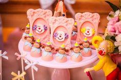Um lindo Circo em tons de rosa, para a comemoração das gêmeas Livia e Clarice! Ficha Técnica: Bolo: Andrea S Kato | Projeto de Doces: Latelier Festas com execução por Arte Bolos | Lembrancinhas: Fabrica Design | Fotografia: Vitor Muzzi | Espaço: Estripulia Buffet Infantil Circus Birthday, Circus Party, Candy Colors, Maya, Fondant, Alice, Rapunzel, Girl Safari Party, Sponge Bob Party