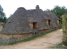 FRANCO Bories (stone houses, in Périgord) - Dordogne, France Ville France, Vernacular Architecture, Beaux Villages, Voyage Europe, Dordogne, Limousin, Photos Voyages, The Beautiful Country, Stone Houses