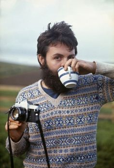 That's SIR Paul McCartney to you. Photo by Linda McCartney, Campbeltown, Scotland, Ringo Starr, George Harrison, John Lennon, Lost In America, Foto Portrait, Foto Poster, Les Beatles, Beatles Funny, Linda Mccartney