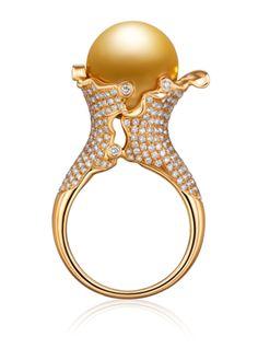 花瓣 -golden South Sea Pearl set in 18 karat gold with diamonds. just lovely