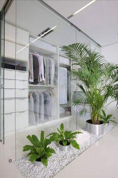 Zimmerpflanzen-Deko begehbarer kleiderschrank glaswand weiß kies metall-toepfe