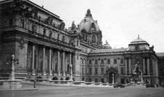 The Berlin City Palace or Berlin Palace (Berliner Stadtschloss aka Berliner Schloss in German) is (partly) getting reconstructed. Vintage Architecture, Historical Architecture, Buda Castle, Berlin City, Royal Palace, Bali, The Past, Louvre, Europe