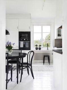 Inspiring Black and White Traditional and Modern Dining Room Decor - Page 21 of 69 Kitchen Dining, Kitchen Decor, Dining Room, Interior Decorating, Interior Design, Interior Stylist, Cafe House, My Ideal Home, Minimalist Interior
