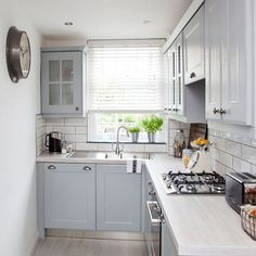 Cool L-Shaped Kitchen Design for Your Home Now! Need ideas for l-shaped kitchen design?Find hereNeed ideas for l-shaped kitchen design?Find here Small Apartment Kitchen, Small Space Kitchen, Kitchen Room Design, Kitchen Units, Interior Design Kitchen, Kitchen Cabinets, L Shape Kitchen Layout, Kitchen Decor, Kitchen Counters