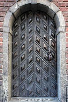 Metal vintage door in Stockholm, Sweden Door Knockers, Door Knobs, Door Handles, Cool Doors, Unique Doors, Entrance Doors, Doorway, Amazing Architecture, Architecture Design