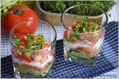 Lekka sałatka z awokado i wędzonym łososiem