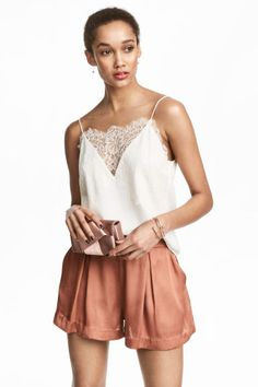 Straight-cut camisole top in woven, crêped fabric. Narrow, adjustable shoulder straps, V-neck, and wide lace trim at upper edge. Blusas Crop Top, Crop Top Shirts, Diy Couture, Couture Tops, Zara Tops, Formal Chic, Cool Outfits, Casual Outfits, Estilo Jeans
