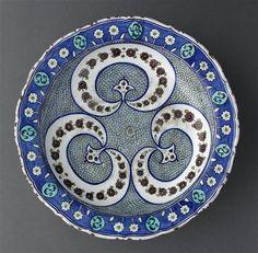 Plat aux croissants fleuris. Islamic art. Louvre.