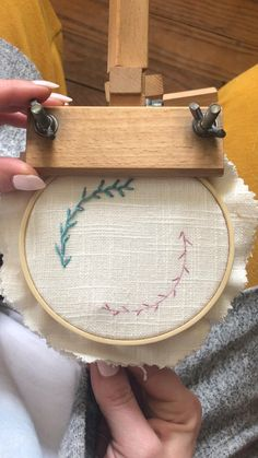 Diy Embroidery Frame, Hand Embroidery Patterns Flowers, Chain Stitch Embroidery, Hand Embroidery Videos, Embroidery Stitches Tutorial, Simple Embroidery, Hand Embroidery Stitches, Embroidery Techniques, Embroidery For Beginners