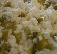 Edirne'nin yöresel kahvaltılıklarından lezzetli bir turşu Sütlü Biber Turşusu Tarifi Malzemeler 400 gr. Lor Peyniri 1 lt. tam yağlı süt 5 diş sarımsak 5 çay kaşığı tuz Kırmızı ve yeşil biber Yapılışı Lor peyniri çukur bir kaba alıp, içine az miktarda süt ekleyip özleştirin. Karışımın içine tuz ekleyin. Kırmızı veya yeşil biberlerin içindeki tohumlarını alıp, hazırladığımız lor peynirini bu biberlerin içine doldurun. Cam kavanoza doldurduğunuz biberlerin arasına sarımsakları ilave edip… Turkish Recipes, Ethnic Recipes, Pasta, Pickles, Mashed Potatoes, Grains, Bakery, Food And Drink, Rice