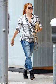 Amy Adams goes low-key in a plaid shirt and ripped boyfriend jeans Ankle Boots With Jeans, How To Wear Ankle Boots, How To Wear Leggings, Sneakers Outfit Casual, Casual Jeans, Casual Outfits, Amy Adams, How To Wear Loafers, Amazing Amy