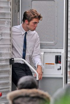 Robert Pattinson looked handsome in his shirt and tie on his way to film Remember Me in NYC today after his dramatic morning. Rob was clipped by a taxi cab Twilight Edward, Twilight Saga, Robert Pattinson Twilight, King Robert, Robert Douglas, Tom Felton, Rob Pattinson, Edward Pattinson, Beautiful Boys