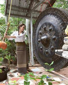 """สวยหวาน! กับไอเดียแฟชั่น """"ใส่ผ้าถุง"""" ของนางเอกสาวลูกครึ่ง """"เดียร์น่า ฟลีโป"""" Thailand Outfit, Thailand Fashion, Travel Wear, Thai Dress, Natural Clothing, Cute Korean Girl, Thai Style, Classy Dress, Traditional Outfits"""
