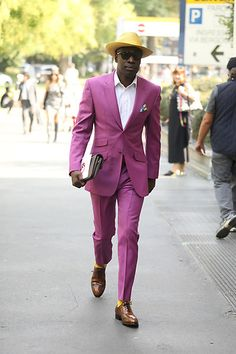 Street Style Leo Faria Milão masculino com conjunto rosa, camisa branca e chapéu de palha Breast, Suit Jacket, Suits, Jackets, Fashion, Straw Fedora, Crisp White Shirt, Princesses, Down Jackets
