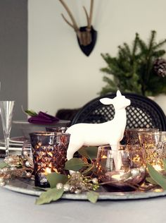Ideas para poner la mesa en Navidad, añade color purpura y color.