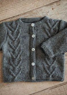 Snoningstrøje med knapper i Mayflower Easy Care Baby Sweater Knitting Pattern, Baby Knitting Patterns, Baby Barn, Usa Baby, Baby Cardigan, Knitting For Kids, Free Baby Stuff, Baby Sweaters, Baby Design