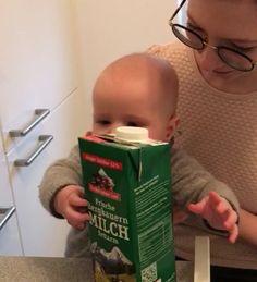 """Noch nicht mal offiziell gestartet und schon die ersten Erfolge zu verbuchen. Wenn das mal keine guten Neuigkeiten sind. Unser kleiner Maxi zeigt deutliches Interesse an unseren Mahlzeiten und greift nach Dingen auf dem Tisch, wenn er dabei auf dem Schoß von mir und meinem Mann sitzt. Damit hat unser Sohn eine wichtige der """"Baby-led Weaning Aufnahmeprüfungen"""" grundsätzlich schon mal bestanden. Aber mal im Ernst. Eine große Überraschung ist das nicht. Er interessiert sich aktuell gan..."""