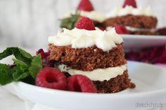 Das Rezept zu diesen leckeren Törtchen aus Schokolade und himmlischem Frosting findet ihr auf unserem Blog. Mit Himbeeren und Erdbeeren sind die Schokotörtchen mit Vanillecreme schön dekoriert und stellen jeden Cupcake in den Schatten. Schaut vorbei: dreieckchen.de