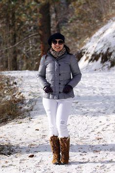 Neve: casaco de pena de ganso + calça branca + bota e boina