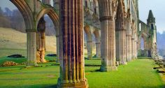 Rievaulx Abbey in Yorkshire, England (© Robert Cousins/Robert Harding/Plain Picture)