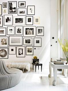 Black and white living room pictures on wall Salon noir et blanc photos au mur