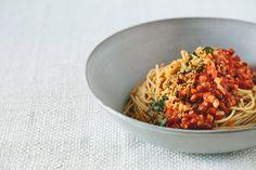 vegetarische Linsenbolognese mit gerösteten gehackten Pinienkernen