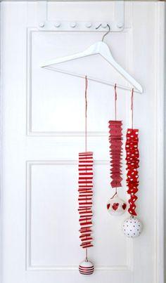 Guirlande de Noël papier rouge sur porte
