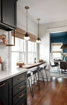 There is no question that designing a new kitchen layout for a large kitchen is much easier than for a small kitchen. A large kitchen provides a designer with adequate space to incorporate many convenient kitchen accessories such as wall ovens, raised. Kitchen Interior, New Kitchen, Kitchen Decor, Kitchen White, Kitchen Pantry, Kitchen Small, Kitchen Modern, Apartment Kitchen, Kitchen Corner