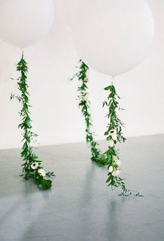 Balloons with flower details. Perfect for the wedding. Wedding decor inspiration and ideas.