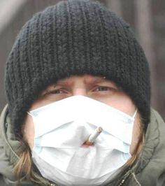 Fumer une cigarette en portant un masque anti-pollution ? Drôle d'idée...