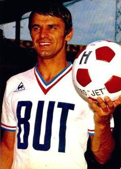 Josip Skoblar in vintage Marseille colours. Just fabulous. Retro Football, Vintage Football, Football Kits, Football Soccer, Soccer Ball, Good Soccer Players, Football Memorabilia, Association Football, Most Popular Sports