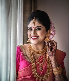 Bride to be is all glow! Kerala Hindu Bride, South Indian Wedding Saree, South Indian Bridal Jewellery, Indian Wedding Bride, Indian Bridal Sarees, Bridal Silk Saree, Indian Bridal Outfits, Indian Bridal Fashion, Bridal Jewellery Collections