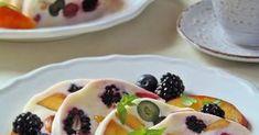 Frissítően üdítő, gyors, mutatós, habkönnyű nyári desszert, melynek a szépségén kívül nagy előnye, hogy még a sütőt sem kell... Tupperware, Bon Appetit, Pancakes, Muffin, Dessert Recipes, Food And Drink, Drinks, Breakfast, Yogurt