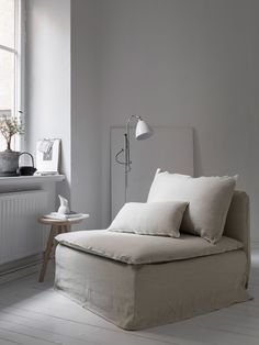 We teamed up with stylist Pella Hedeby to update an IKEA Söderhamn armchair with a Bemz Loose Fit Urban cover in Unbleached Rosendal Pure washed linen | minimal nordic style home decor | Stylist Pella Hedeby, photographer: Sara Medina Lind