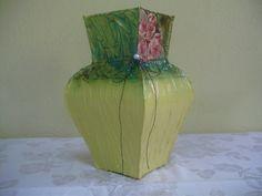 Vasos feito de caixa de leite.  Feito com filtro de café, e textura,cor da textura branco,rosa,vermelho,verde e amarelo.  Observação: as flores são só ilustração, são vendidas separadas e por unidade. R$ 22,00