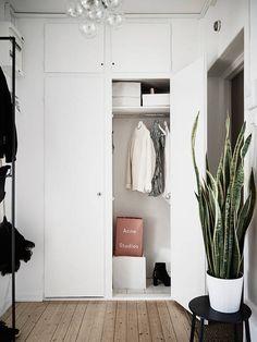 Sergelsgatan 4 D | Stadshem Minimal Bedroom, Minimal Home, Hallway Inspiration, Home Decor Inspiration, Small Cozy Apartment, Home Bedroom, Bedroom Decor, Entry Hallway, Entryway