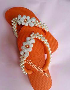 havaiana laranja Beaded Shoes, Beaded Sandals, Crochet Baby Shoes, Crochet Slippers, Decorating Flip Flops, Hawaiian Pattern, Glass Slipper, Huaraches, Diy And Crafts