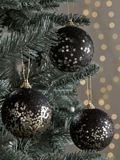 Black Christmas Tree Decorations, Christmas Tree Bulbs, Black Christmas Trees, Diy Christmas Ornaments, Silver Christmas, Christmas Tree Inspiration, Christmas Trends, Christmas Holiday, Alternative Christmas Tree
