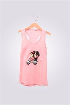 Camiseta de mujer de tirantas ArriquiVespa color rosa con diseño de Curra y Lolo en Vespa