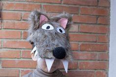 Cabeza de lobo hecha a partir de una gorra forrada con tela de pelo sintético.