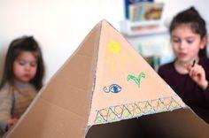 Ces derniers jours, on a étudié l'Egypte antique. On a trouvé un chouette livre à la librairie, très complet malgré son petit format, et on a complété nos travaux par des bricolages très fun. Aujourd'hui, je vous montre notre pyramide ! Quand on a reçu nos futons et tatamis il y a quelques semaines, je savais qu'il fallait absolument que j'exploite ces immenses cartons prometteurs. J'y ai donc découpé cette pyramide en traçant des triangles équilatéraux avec un crayon et une ficelle en…