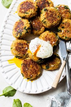 These spinach and quinoa patties are delicious, vegetarian and packed with protein and nutrients! They almost make me think I'm eating a chicken cutlet or meatball, without the meat. #quinoa #quinoapatties #quinoarecipes Healthy Eating Recipes, Vegetarian Recipes, Healthy Food, Ww Recipes, Healthy Dinners, Quick Meals, Cooking Recipes, Quinoa Patty, Steamed Spinach