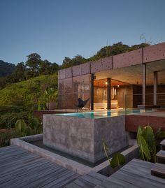 Dagmar Stepanova du studio d'architecture Formafatal, a achevé cette maison unique au Costa Rica. Son propriétaire souhaitait une maison familiale de grand standing pour la mettre à la location. 'habitation, qui se fond presque littéralement dans l'environnement de la jungle avec son toit vert luxuriant, a un extérieur sombre fait de planches de teck brûlé. Au final, il n'y a pas de fenêtre visible sur la structure, ce qui a été fait pour créer une intimité pour les occupants. L'autre…
