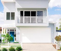 Find out how this family designed a coastal inspired Brisbane beach house reminiscent of the Hamptons, fit with weatherboard, outdoor living and an open plan layout. Café Exterior, Exterior Cladding, Cottage Exterior, Exterior House Colors, Townhouse Exterior, Exterior Stairs, Exterior Paint, Weatherboard House, Queenslander House