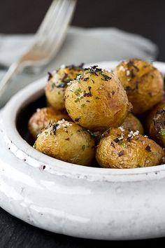 Laver et sécher les pommes de terre. Dans une poêle, faire chauffer l'huile et le beurre, y faire sauter les pommes de terre à feu moyen (jusqu'à ce qu'elles soient dorées et tendres). Assaisonner de Fleur de sel, de poivre. Verser les algues, mélanger et servir aussitôt. Suggestion : dans leur plus simple appareil, ces …