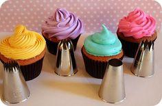Preparação: Qualquer massa de bolo serve para fazer cupcakes (inclusive massa pronta-aquelas de caixinha). O tempo médio para ficarem assados é de no máximo 25 minutos com o forno pré-aquec…