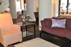 #livingarea #couch #armchair #poltrona #divano #viola #lilla #melanzana #purple #flowers #homedecor