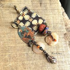 Boucles d'oreille pendentif maharaja sur un tigre motif vintage,esprit récup,création artisanale,look rustique,rareetsens,écru,orange,noir Pendant Earrings, Beaded Earrings, Jewelry Art, Jewelry Design, Jewellery, Motif Vintage, Unusual Jewelry, Shell, Stud Earrings