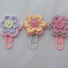 Diy Crafts - Crochet Flower Patterns Super cute planner paper clips with crochet flower - Marque-pages Au Crochet, Beau Crochet, Crochet Bows, Crochet Amigurumi, Crochet Flower Patterns, Crochet Gifts, Crochet Flowers, Crochet Stitches, Doilies Crochet